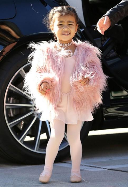 Thoi trang sanh dieu cua con gai Kim Kardashian