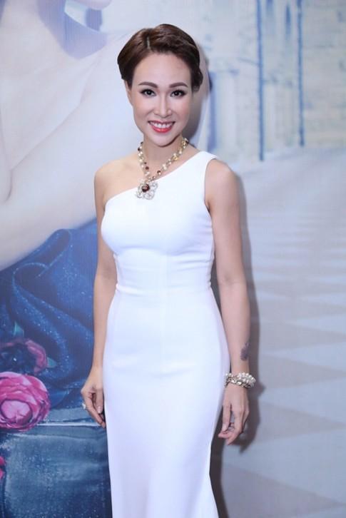 Uyen Linh khoe duong cong voi vay om sat, xe cao