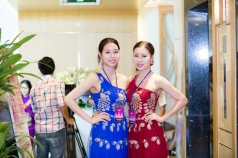 Chi em sinh doi cung nhau thi hoa hau Viet Nam 2016