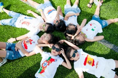 Mẫu nhí Hà Nội mặc áo Euro khiến các mẹ mê tít