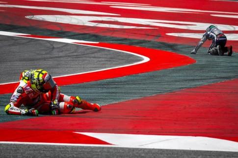 Moto GP: Iannone cho rang loi thuoc ve Lorenzo khi phanh qua som de vao cua