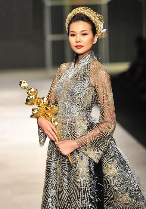 Thanh Hằng mang trang sức 2,6 tỷ đồng lên sàn diễn