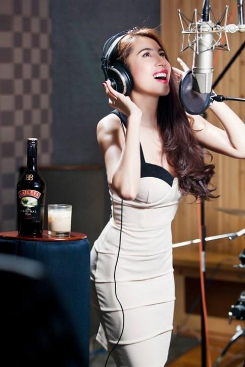 Thủy Tiên gợi cảm 'hết cỡ' cùng corset