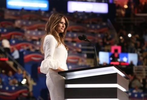 Vợ người mẫu của tỷ phú Donald Trump mặc váy cưới đi sự kiện