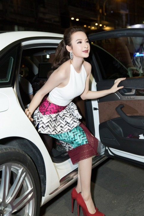 Angela Phuong Trinh kin dao doi lap Toc Tien sexy tai su kien
