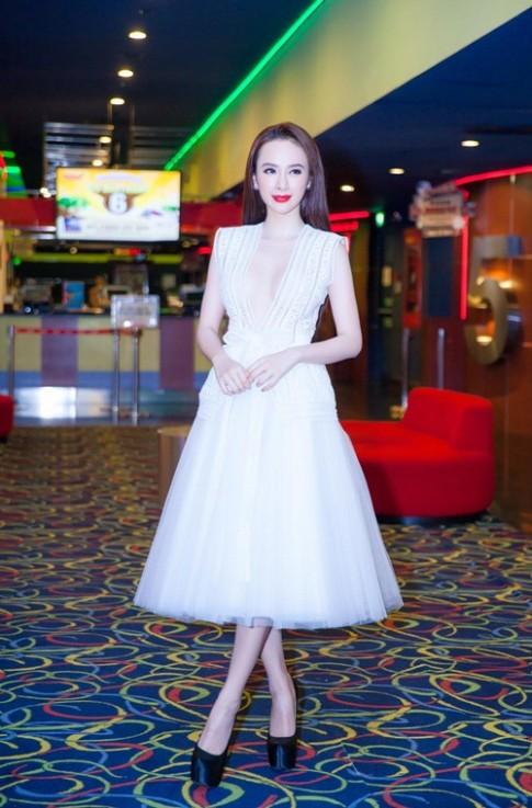 Angela Phuong Trinh suyt lo nguc vi vay ao ho qua bao