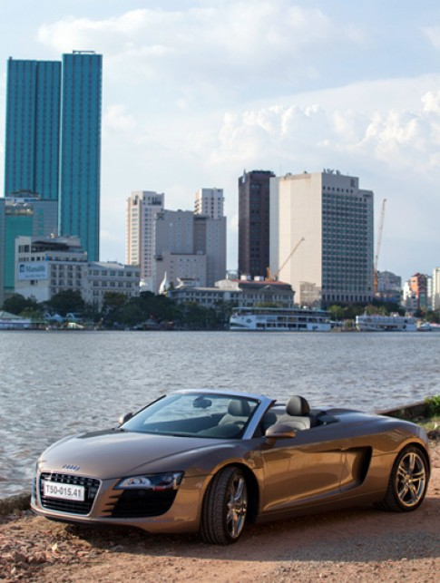Audi R8 Spyder va nguoi dep ben song Sai Gon
