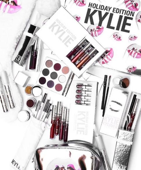 Cung nghia qua BST do make-up mua le hoi sieu khung cua Kylie Jenner