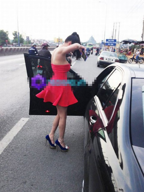 """""""Đau mắt"""" vì váy hồng của Phi Thanh Vân"""