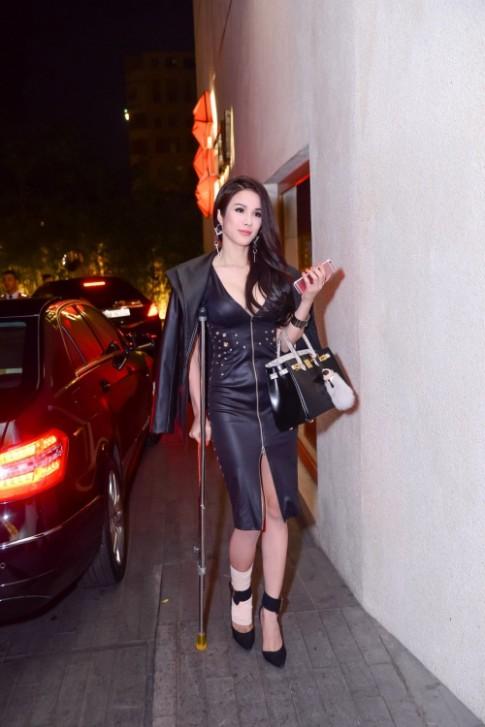 Diep Lam Anh cuc sexy du phai chong nang di xem thoi trang