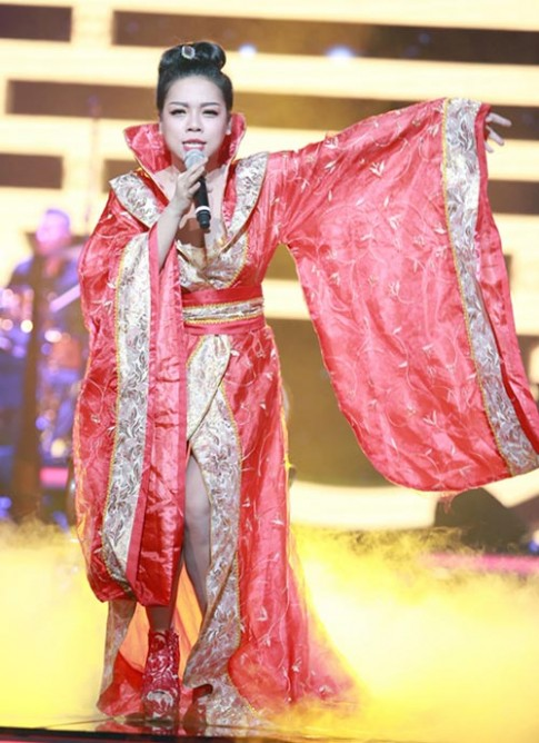 """Gu thời trang """"không giống ai"""" của Hà Linh"""