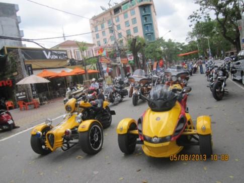 Hang tram moto dieu hanh le hoi Hoa Phuong do