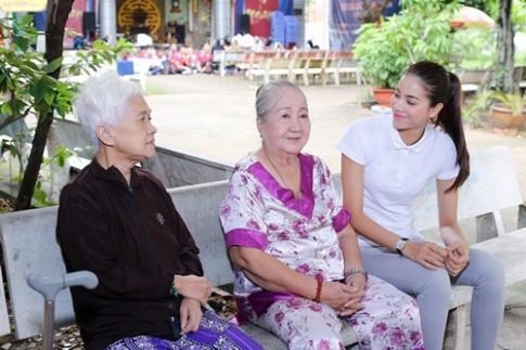 HH Phạm Hương bật khóc khi đến thăm các nghệ sĩ neo đơn