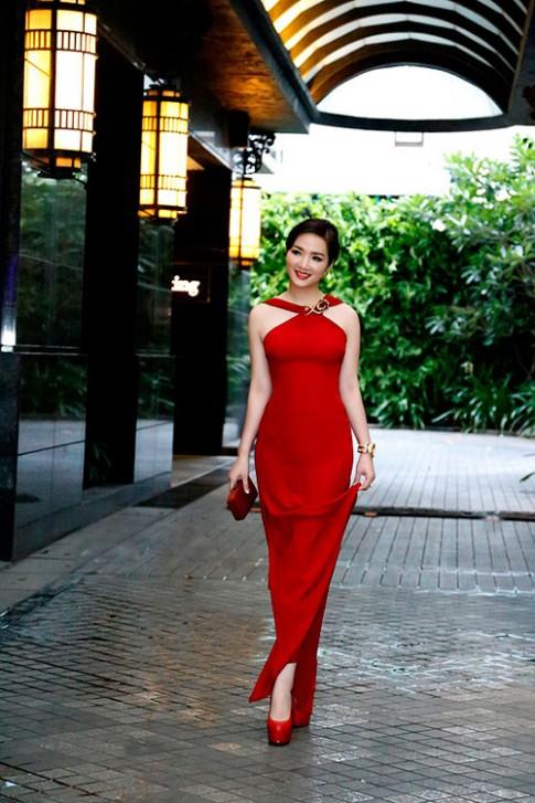 Hoa hau Giang My do ruc, khoe dang ben Xuan Nguyen