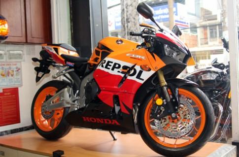 Honda CBR600RR Repsol - bong bay giua Sai Gon