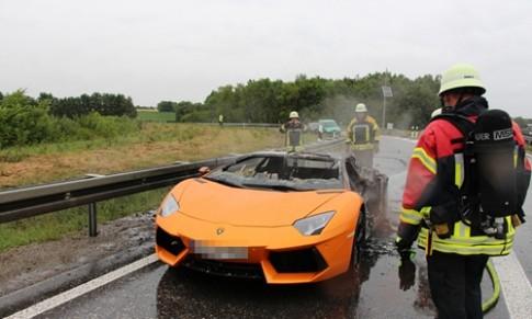 Lamborghini Aventador chay rui vi chay qua 'sung'