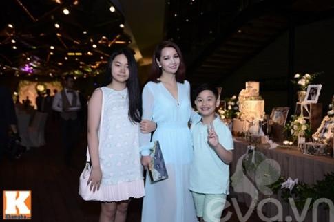 Mai Thu Huyen dua hai con den du dam cuoi Mac Hong Quan