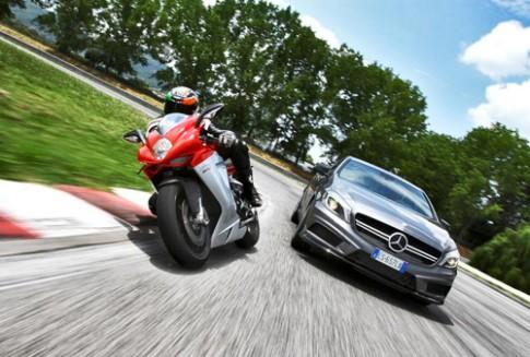 Mercedes buoc vao lang moto