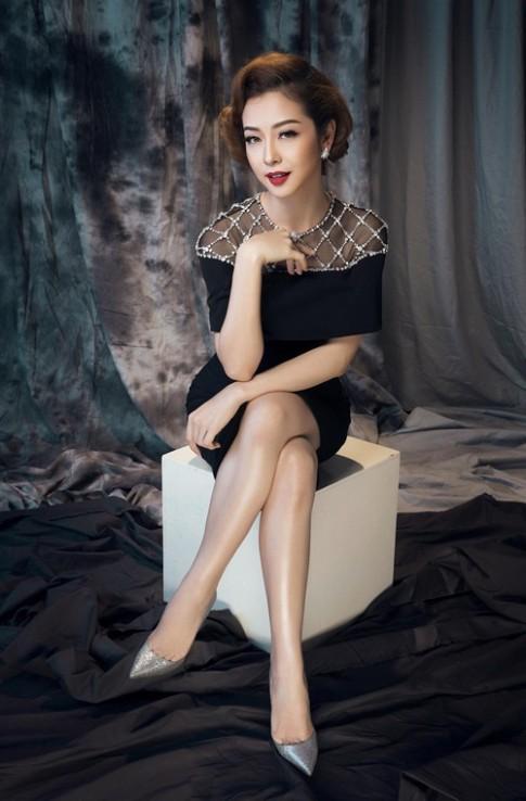 Những chiếc đầm đen ngắm hoài không chán của Jennifer Phạm