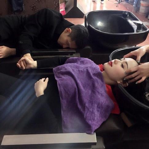 Tâm Tít bị la ó vì để chồng ngủ gục bên cạnh lúc gội đầu