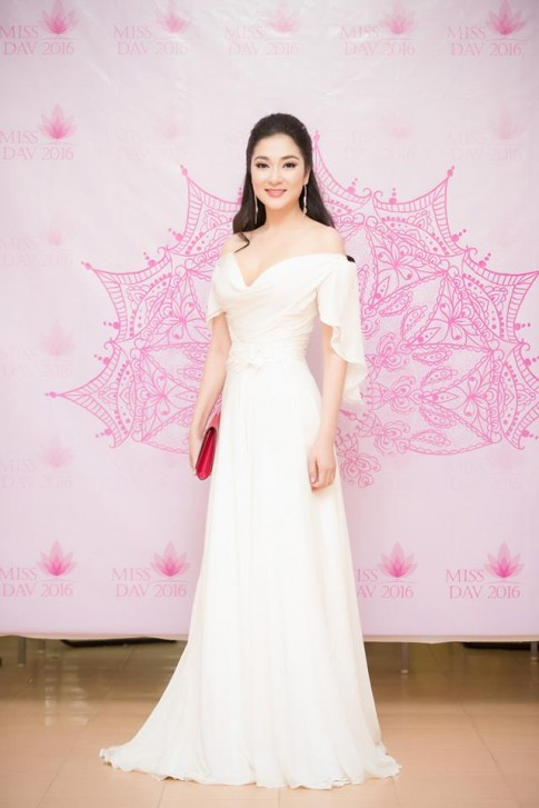 Thổn thức vì nhan sắc vượt thời gian của HH Nguyễn Thị Huyền