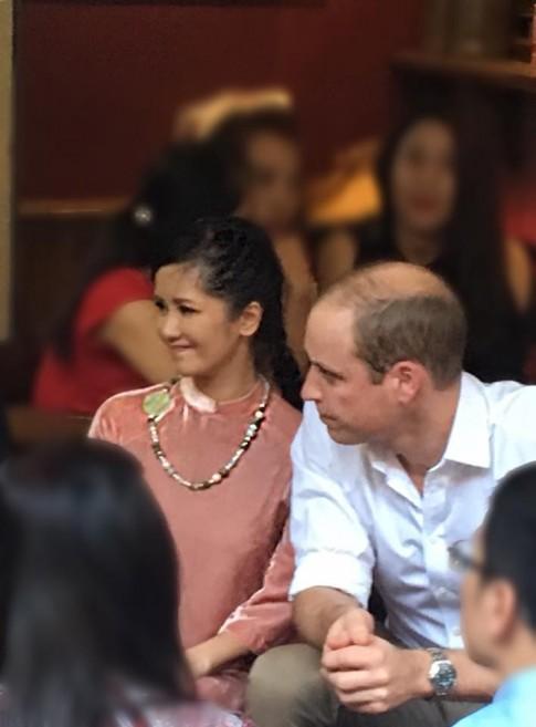 Diva Hong Nhung khoe khoanh khac dep diu dang ben Hoang tu Anh William