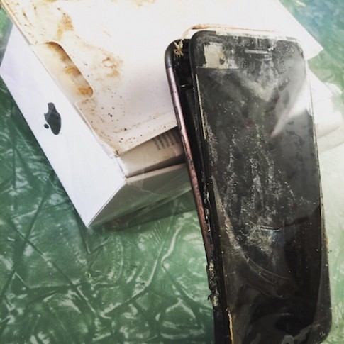 iPhone 7 phat no khi con trong hop