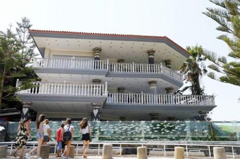 Đại gia dùng bể cá, bạch tuộc làm hàng rào quanh nhà