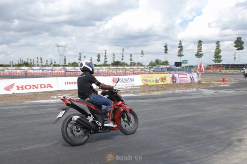 Honda Winner 150: Clip cac tay dua chay kiem tra duong dua co cua trai phai