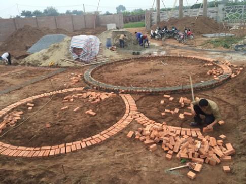 Quá trình xây dựng ngôi nhà tròn phủ kín dây leo