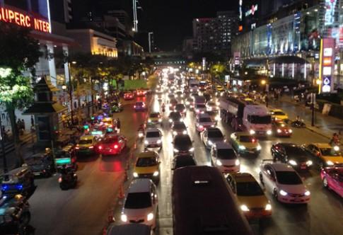 Vi sao nguoi Thai Lan mua oto de?