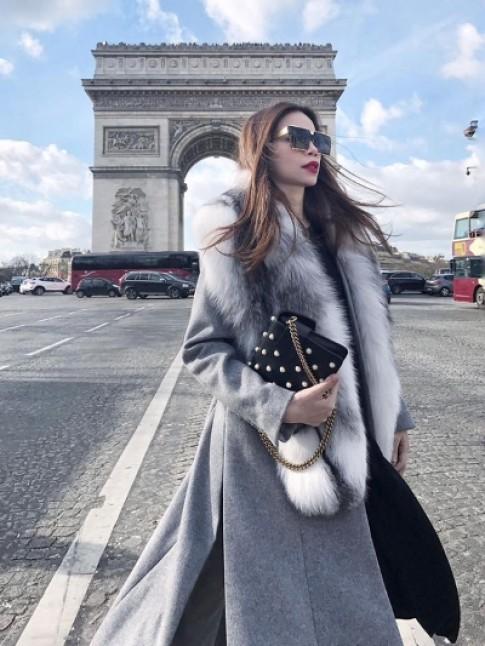 Ho Ngoc Ha khoac ao choang long tren duong pho Paris