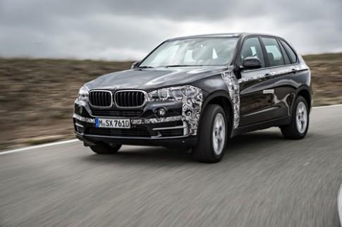 Lo dien BMW X5 eDrive tren duong thu