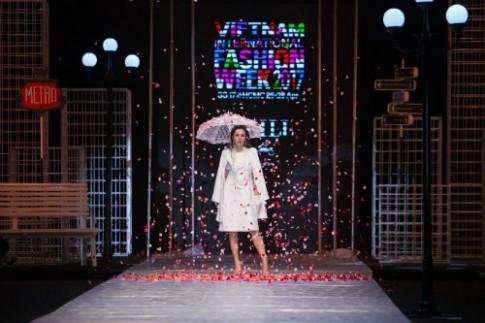 A hau Phuong Le ket man cho show dien cua Weill Paris