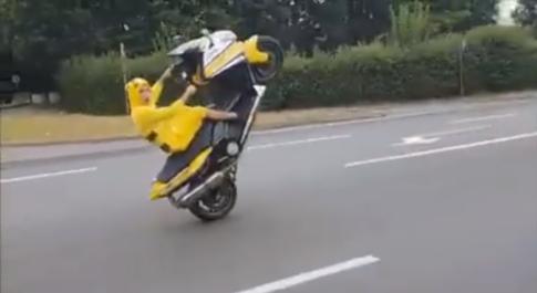 [Clip] Bat gap Pokemon Pikachu quay tren Yamaha T-MAX 530