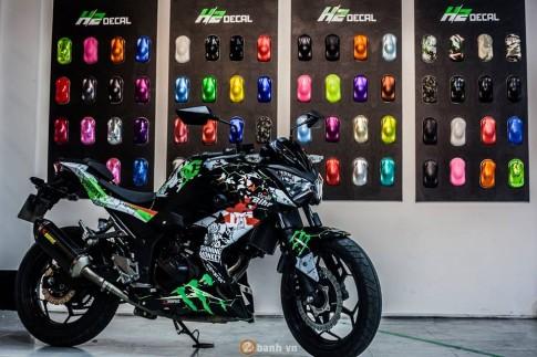 Kawasaki Z300 trong mau ao DC Monster Energy