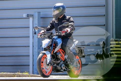 KTM 125 Duke va 800 Duke xuat hien tren duong thu