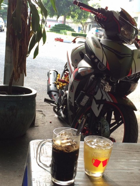 Nham nhi ly cafe ben Exciter Xspeed