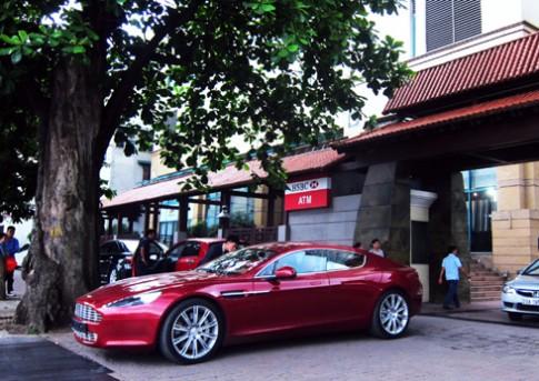 Aston Martin Rapide mau do 'sexy' o Ha Noi
