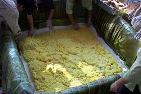 Chiếc bánh chưng 2,5 tấn cho ngày giỗ tổ