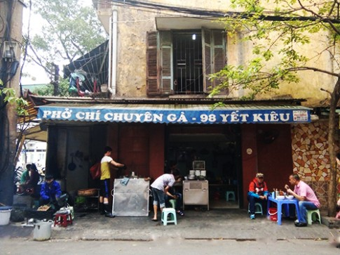 Hang pho ga ba doi noi tieng o Ha Noi