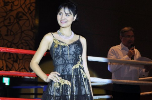 Hoa hậu Hương Giang tỏa sáng với chuỗi ngọc trai 'Hoa tuyết'