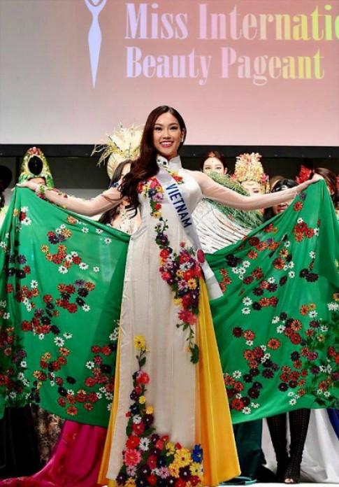Phuong Linh nhan danh hieu Hoa hau Dai su du lich tai Nhat