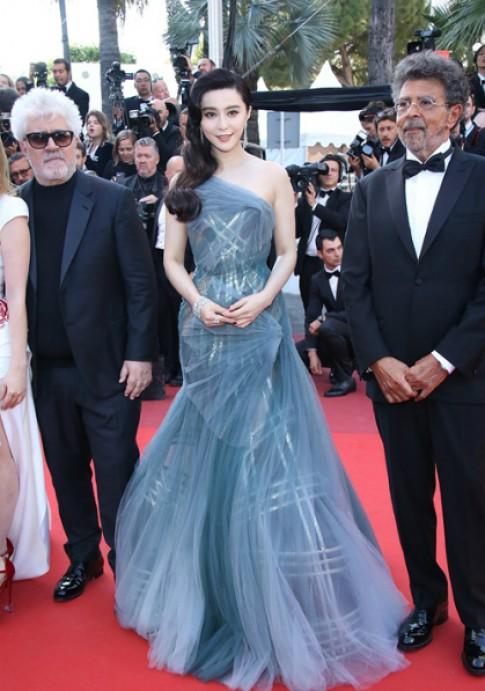 Sao the gioi toa sang tren tham do Cannes voi thiet ke Versace