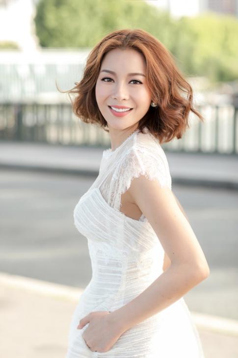 Hoa hậu Hải Dương diện váy cúp ngực giữa Paris