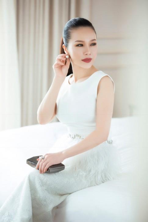 Hoa khôi Lan Phương diện đầm đen trắng thời thượng