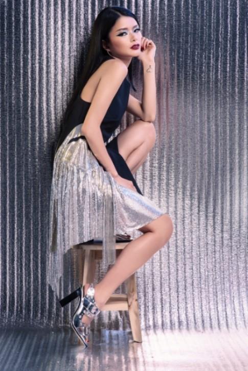 Nhung Kiko mix đồ cá tính với trang phục ánh kim