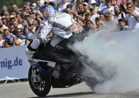 Màn biểu diễn hấp dẫn với BMW S1000RR