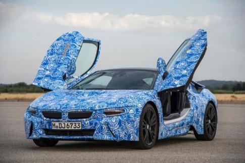 BMW i8 su dung kinh chong xuoc giong smartphone