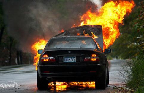 Đốt xe BMW để phản đối giá xăng